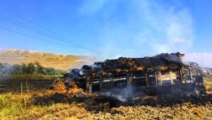 Elektrik tellerine değen saman yüklü kamyon yandı, sürücü yaralandı