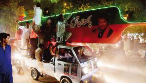 Pakistan'da seçim bitti tartışma başladı: İmran Han zaferini ilan etti