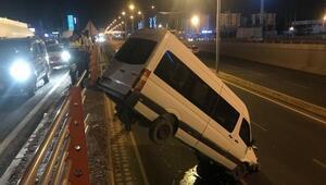 El freni çekilmeyen minibüs, alt geçide düştü