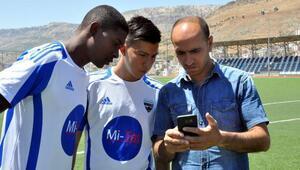 (ÖZEL) Diyarbakıra gelen Kolombiyalı futbolcular, çeviri programıyla anlaşıyor
