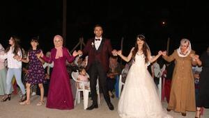 Düğünde halay çekip, Ay tutulmasını izlediler
