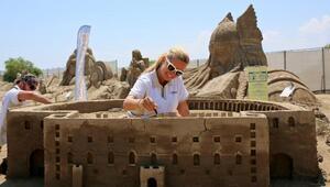 Müge Anlı, Aspendos Antik Tiyatrosunun kumdan heykelini yapıyor