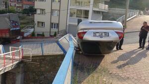 Takla atan otomobil, korkuluklar sayesinde bahçeye düşmekten kurtuldu