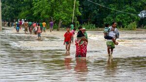 Hindistandaki şiddetli yağış 64 can aldı