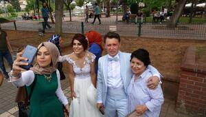 Düğünlerine belediye otobüsü ile gittiler
