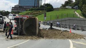 Beşiktaş'ta kamyon devrildi, faciadan dönüldü…
