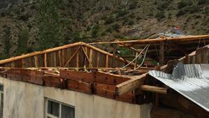 Artvinde fırtına çatıları uçurdu