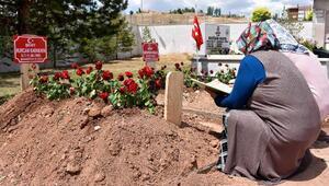 Şehit anne ve 10 aylık oğlunun mezarlarına ziyaretçi akını