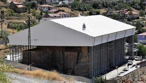 Restorasyondaki tarihi Divriği Ulu Camiye geçici çatı