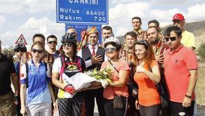 Kadın bisikletçilerin taşıdığı Türk bayrağı, Çankırı'ya ulaştı