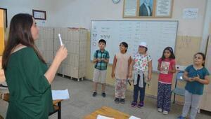 Suriyeli çocuklara şarkılı, oyunlu Türkçe dersi