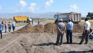 Traktörlerle yol kesip, havalimanı genişletme çalışmasına izin vermediler