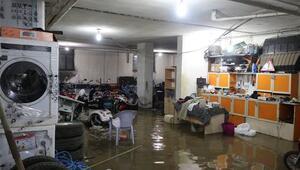 Bolvadini sel vurdu, ev ve işyerleri sular altında kaldı