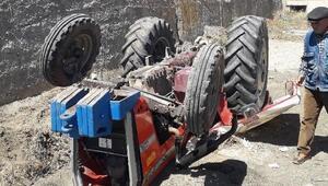 El freni çekilmeyen traktör dere yatağına düştü