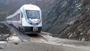 Erzincan-Sivas demiryolu heyelan nedeniyle ulaşıma kapandı