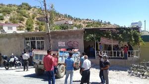 Traktör köy kahvesine girdi, sürücü yaralandı