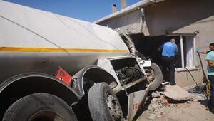 Freni boşalan tanker eve çarptı