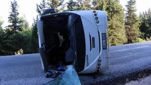 Sürücüsü ehliyetsiz servis midibüsü devrildi: 19 işçi yaralı