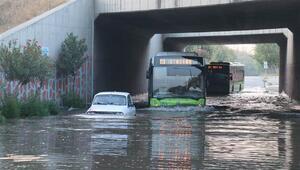 Adanada sulama kanalı taştı, araçlar mahsur kaldı
