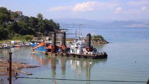 Selden etkilenen balıkçı barınağı gemiyle temizleniyor