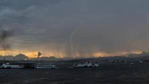 /ek fotoğraf// İstanbul güne şimşekler ile başladı