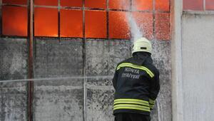 Fabrika deposundaki yangına giden itfaiye aracı devrildi