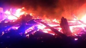 Köydeki yangında 8 ev kül oldu