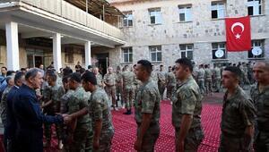 Bakan Akar, Aktütün Hudut Taburundaki askerlerle bayramlaştı (2)