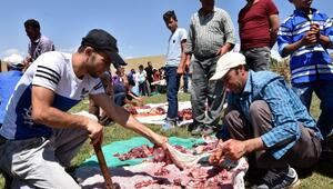 Mahallede kesilen kurban etleri toplanıp, herkese eşit dağıtılıyor