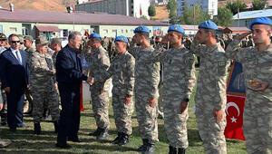 Milli Savunma Bakanı Akar, Yüksekova'da Mehmetçikle bayramlaştı
