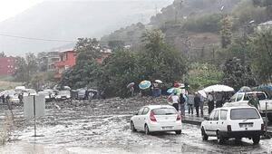 Trabzonda şiddetli yağış ve heyelandan yol kapandı