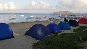 Avşada yer bulamayan tatilciler kumsalda sabahladı