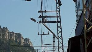 Elektrik tellerine sarılarak intihar etti
