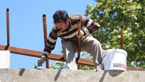Yöneticisi olduğu okulun yemekhane inşaatında çalışıyor