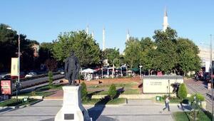 Edirnede Atatürk Anıtının arkasına konulan tuvalet tartışma yarattı
