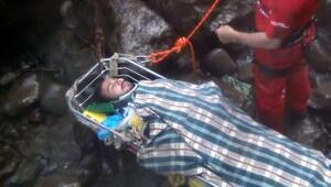Şelalede kayalıklara sıkışan tatilci yaralı kurtarıldı
