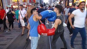 İstiklal Caddesinde boks maçı