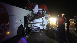 Arıza yapan yolcu otobüsüne kamyon çarptı: 1 ölü, 4 yaralı