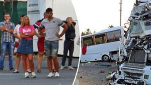Son dakika... Antalyada turistleri taşıyan midibüse TIR çarptı: Çok sayıda yaralı