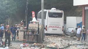 Lastiği patlayan otomobil, tur otobüsüyle çarpıştı: 1 ölü, 14 yaralı