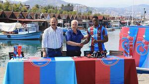 Trabzonsporda Ekuban için imza töreni düzenlendi