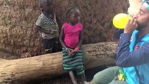 Afrikalı çocukların balon şaşkınlığı