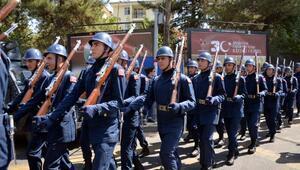 Diyarbakırda askerler Şehitler ölmez, vatan bölünmez sloganıyla yürüdü