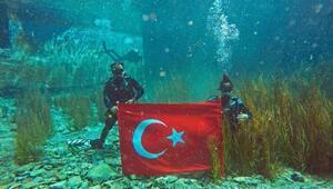 AK Partili Günay, Zafer Bayramı için su altında Türk bayrağı açtı