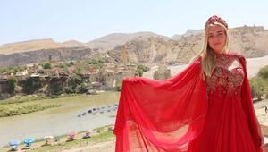 Hasankeyfte yerli ve yabancı mankenlerden yöresel kıyafet defilesi