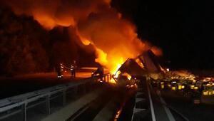 Devrilen TIR yandı, İzmir- Balıkesir karayolu 2 saat kapandı