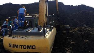 Toprak yığının altında kepçesiyle kalan operatör öldü