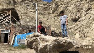 Dağdan kopan kaya parçaları korkutuyor