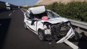 Birecikte otomobil, çekiciye çarptı: 3 yaralı