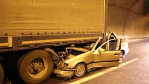 Otomobil TIRın altına girdi: 2 yaralı